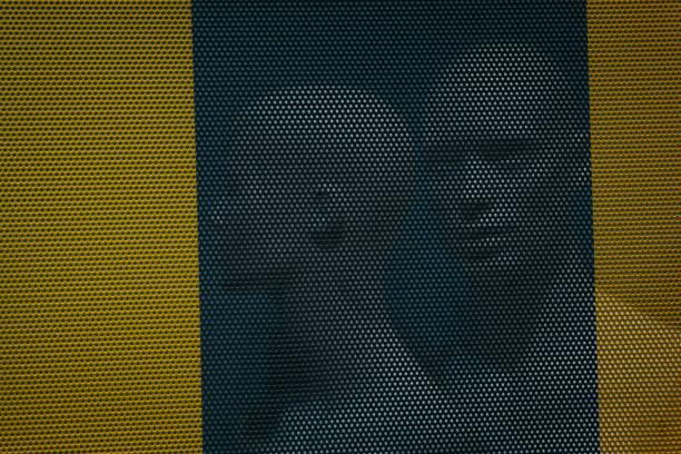 zwei Schaufensterpuppen Mann und Frau suchen in verschiedene Richtungen in einem Schaufenster während eines Verkaufs – Foto
