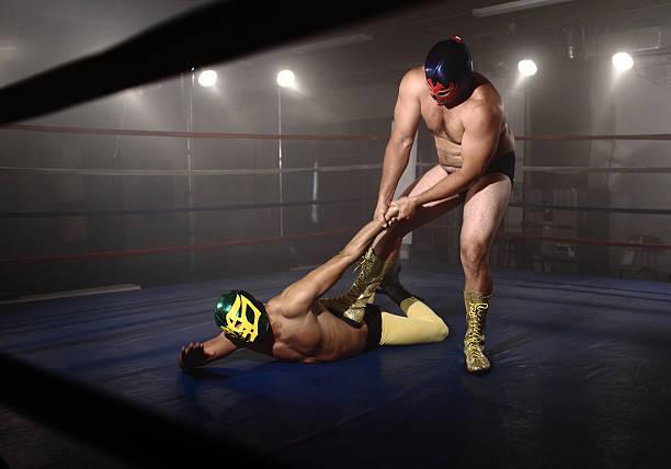 2 つのマスクを取り入れたリング力士の戦い - レスリング ストックフォトと画像