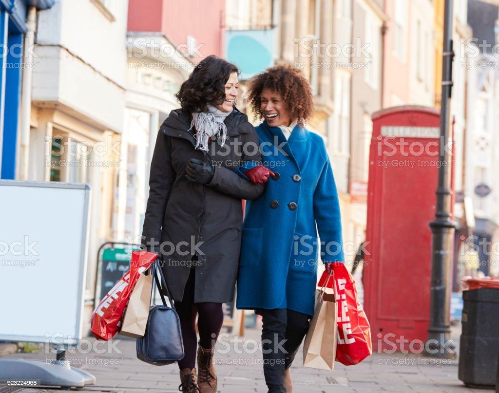 Amigas Maduras dos amigas maduras disfrutando juntos de compras en la
