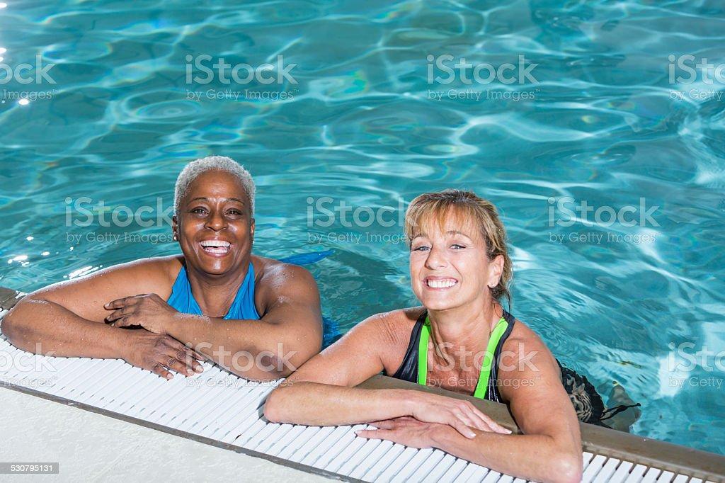 fotograf a de dos mujeres maduras en la piscina riendo y