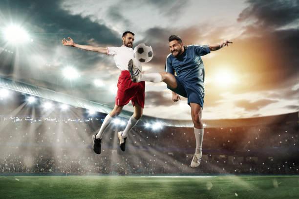Zwei Männer spielen Fußball und sie treten gegeneinander an – Foto