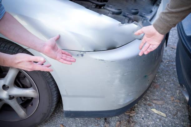 två män argumenterar efter en bilolycka på vägen - krockad bil bildbanksfoton och bilder