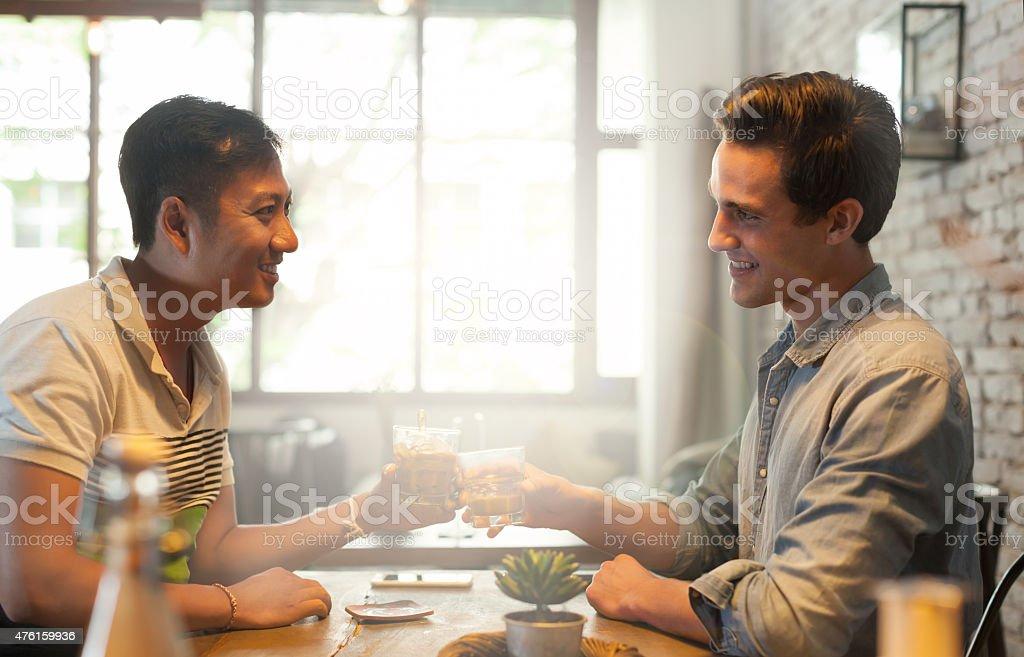 Zwei Männer Cheers Toast und Trinken, Freunden glücklichen Lächeln Jungs – Foto