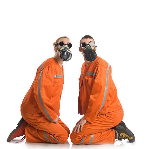zwei männer in einem orangefarbenen overalls passt. - cro maske stock-fotos und bilder