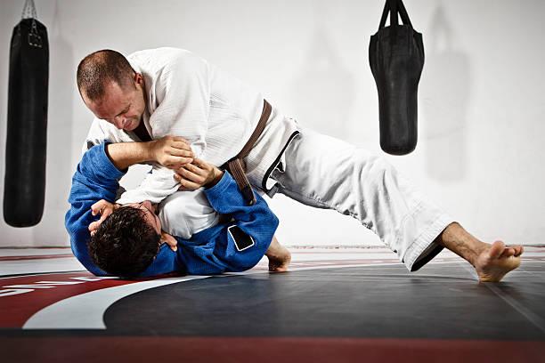 dos hombres en jiu jitsu de capacitación - artes marciales fotografías e imágenes de stock