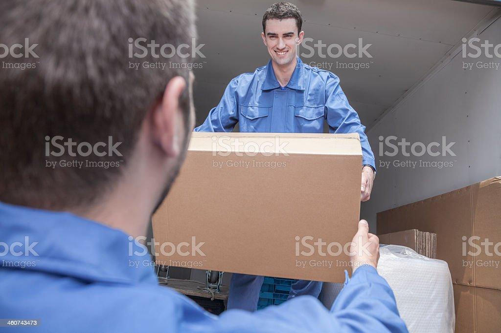 Movers Entladen bewegliche van, vorbei an einen Pappkarton – Foto