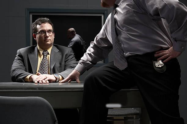 Zwei Männer Sitzen am Schreibtisch in Vernehmung Zimmer – Foto
