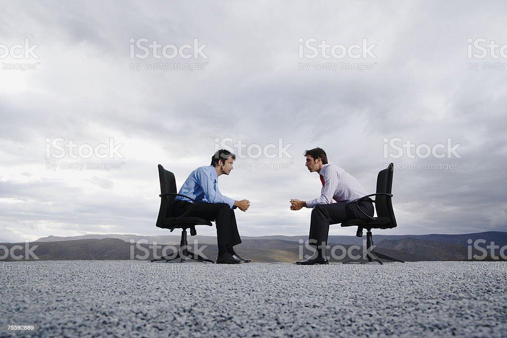 Deux hommes assis dans le bureau des chaises en plein air - Photo