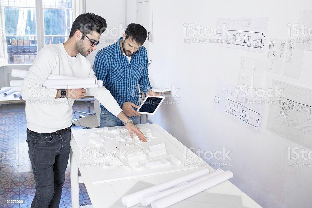 Zwei Männer reden über die neuen Gebäude Projekt. – Foto