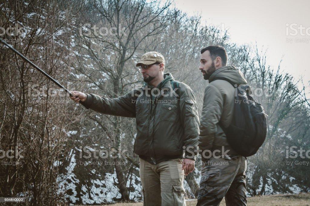 자연 및 수행 배낭과 낚 싯 대에 얘기 하는 두 남자. - 로열티 프리 2명 스톡 사진