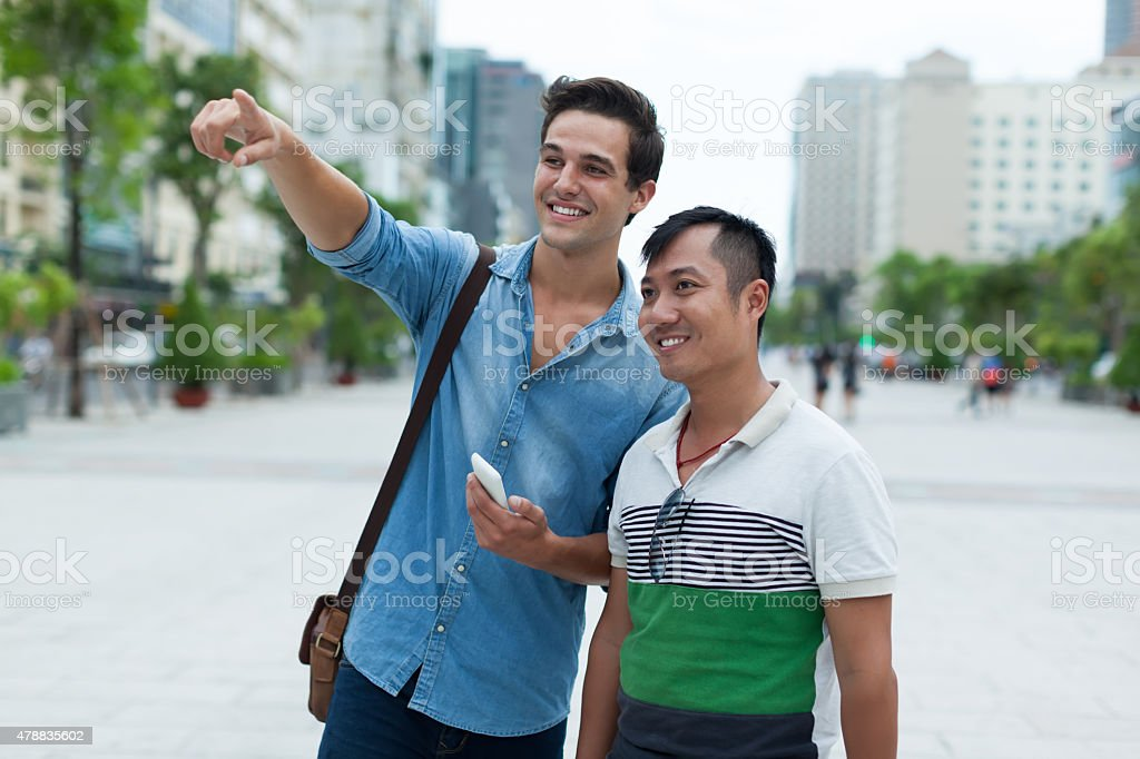 Zwei Männer Touristen Lächeln Punkt Finger Sightseeing, asiatische Mischung Race – Foto