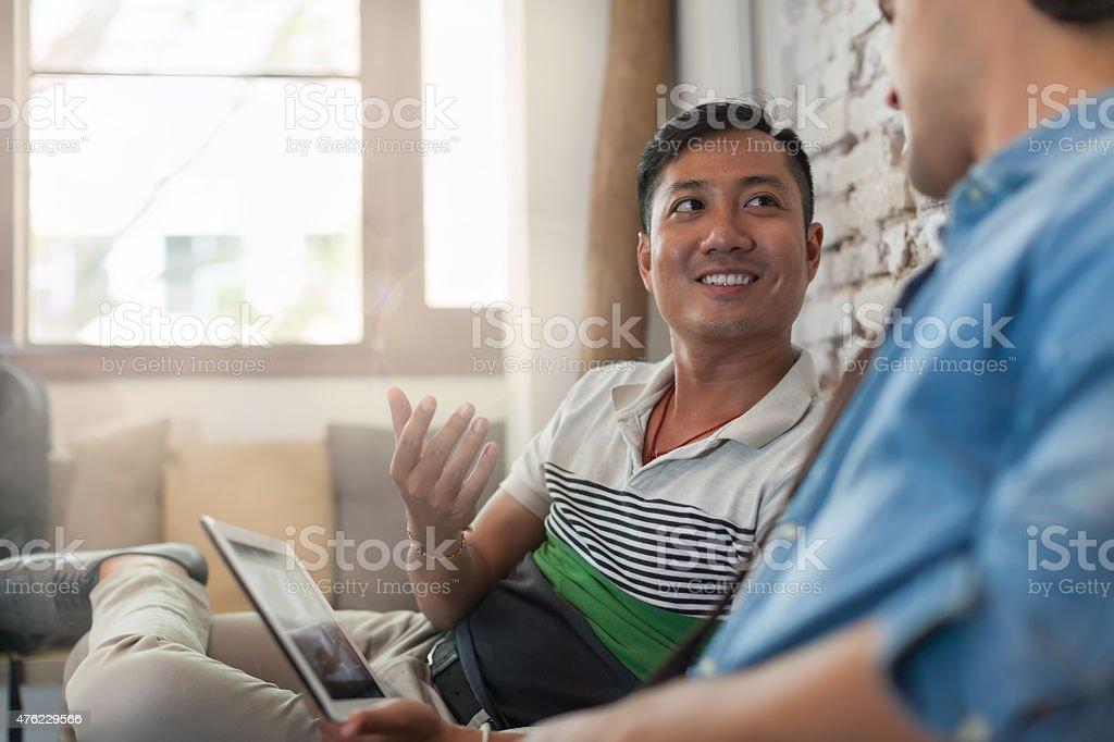 Zwei Männer mit Laptop im Café multikulturelles Freunde Männer sitzen – Foto