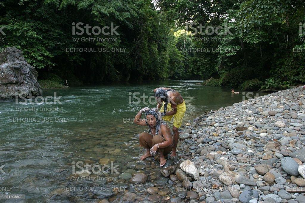 Zwei Männer Waschen Sie Ihre Haare neben einem Fluss – Foto