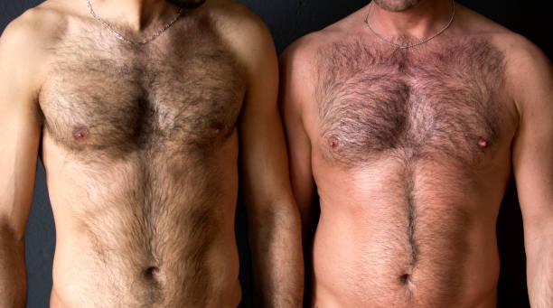 zwei Männer mit nackten Brust beieinander stehen – Foto