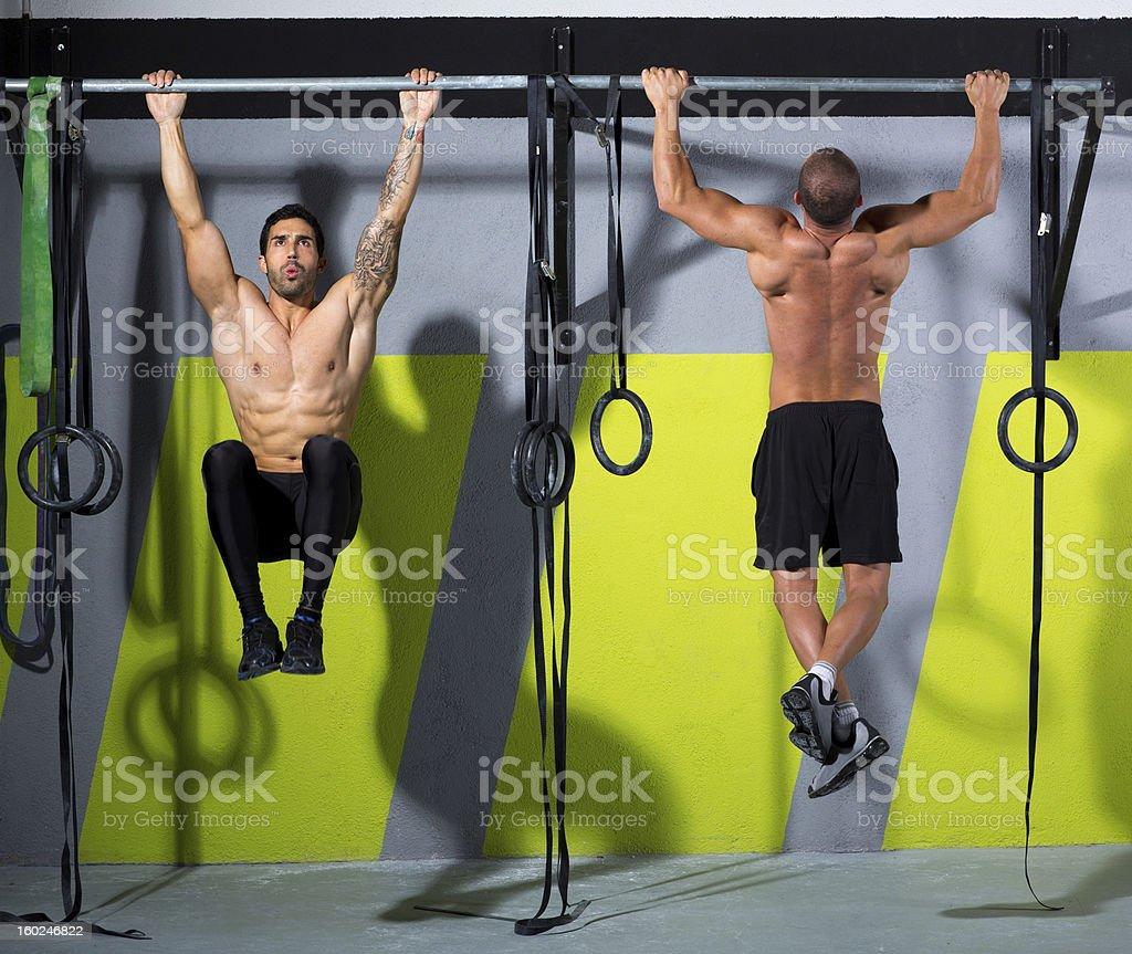 Barra Crossfit los dedos de los pies hacia hombres pull-ups entrenamiento 2 bares - Foto de stock de Flexión de brazos libre de derechos
