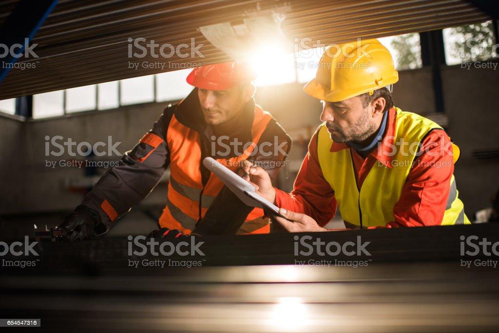 Zwei Metallarbeiter in Aluminium Mühle zusammenarbeiten. - Lizenzfrei Aluminiumfabrik Stock-Foto