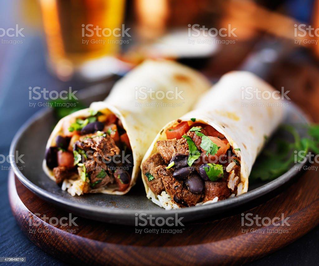 2 Mexikanische Steakburritos Und Bier - Stockfoto   iStock