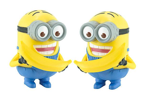 zwei minion mit bananen-spielzeug charakter. - minion thema stock-fotos und bilder