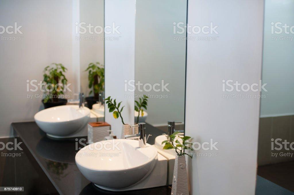 Zwei Moderne Keramik Waschbecken Mit Spiegel In Der Toilette ...