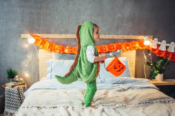 zwei monster an halloween - kleine jungen kostüme stock-fotos und bilder