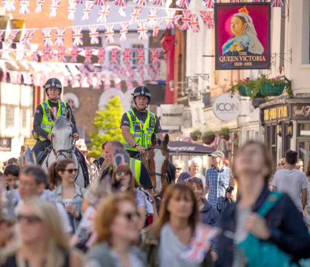 two mounted police officers marshalling the crowds of people on their way to celebrate the marriage of meghan markle and prince harry at st george's chapel at windsor castle - meghan markle zdjęcia i obrazy z banku zdjęć