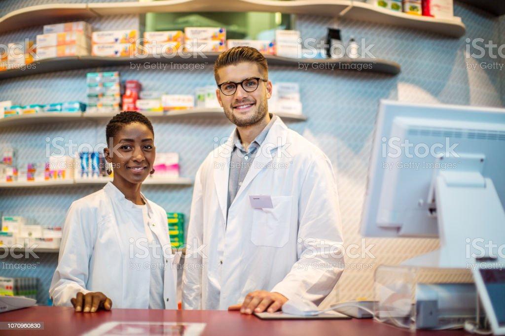 Zwei multi-ethnischen Chemiker in Drogerie – Foto