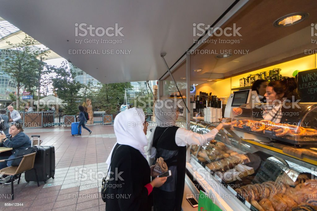 Dos mujeres musulmanas compra de café en una panadería. - foto de stock