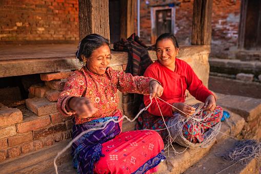 두 네팔어 여자대표 회전 울 In 바크타푸르 네팔 2명에 대한 스톡 사진 및 기타 이미지