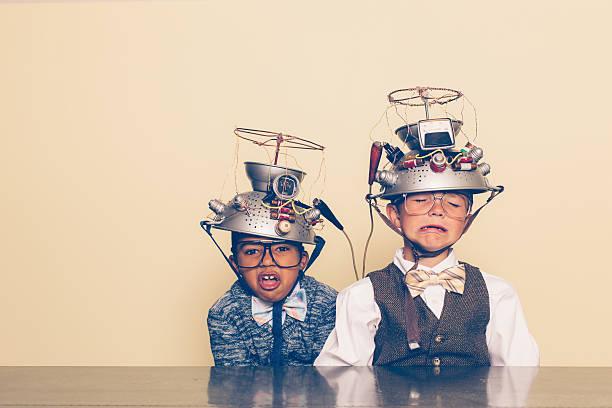 zwei jungen uncool zeigen distress mit gedanken lesen helme - erfinder der fotografie stock-fotos und bilder