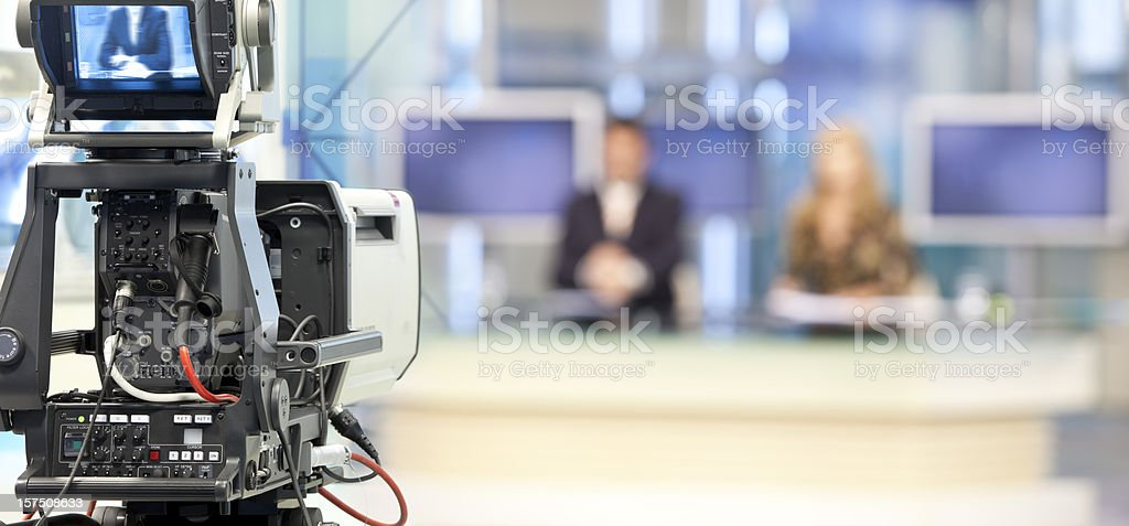 Zwei newsreader kopieren vor Fernsehkamera – Foto