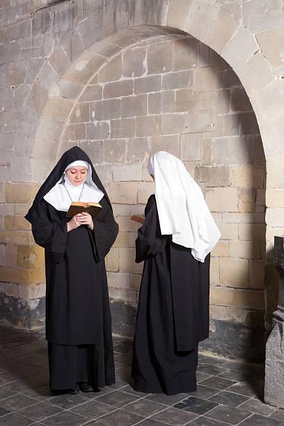Dos monjas en una antigua convento - foto de stock