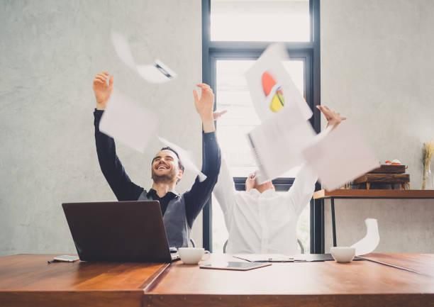 zwei der jungen geschäftsmann trowing papiere papiere/bettwäsche für arbeit nach abschluss arbeiten, erfolgreich im business target in modernen büro fühlen, glücklich, fröhlich und entspannen - freitag stock-fotos und bilder
