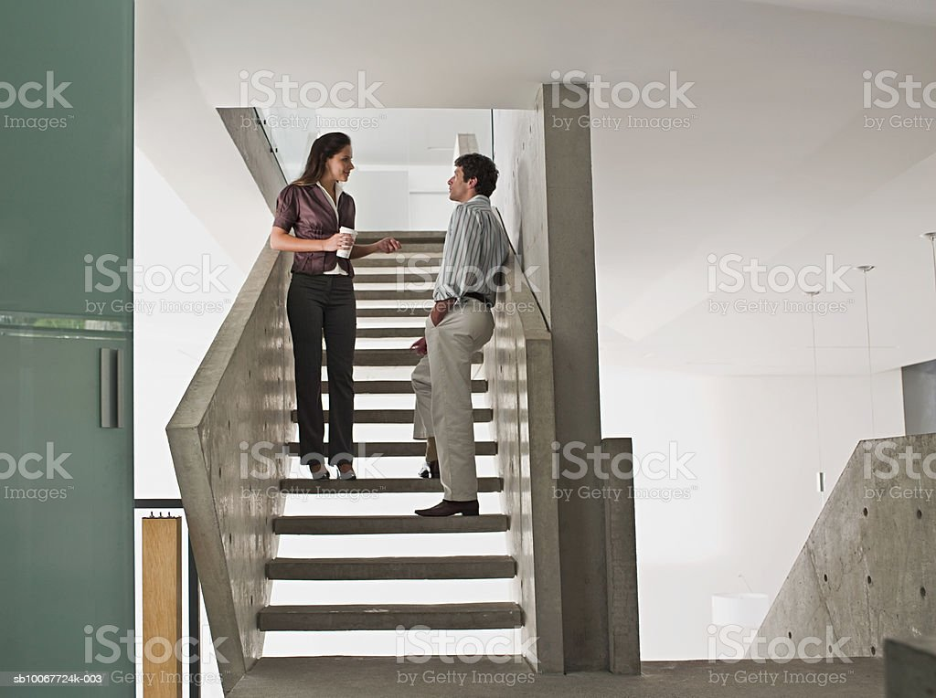 Two office workers standing on stairs foto royalty-free