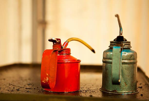 Dos latas de aceite - foto de stock