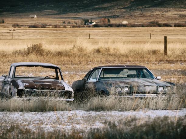Twee oude roestige auto's foto