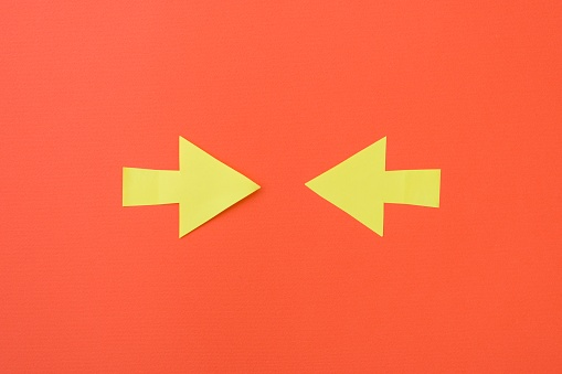 istock Two opposite arrows pointing to the center 954712506