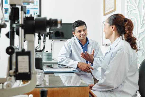 Zwei Augenoptiker arbeiten im Team – Foto