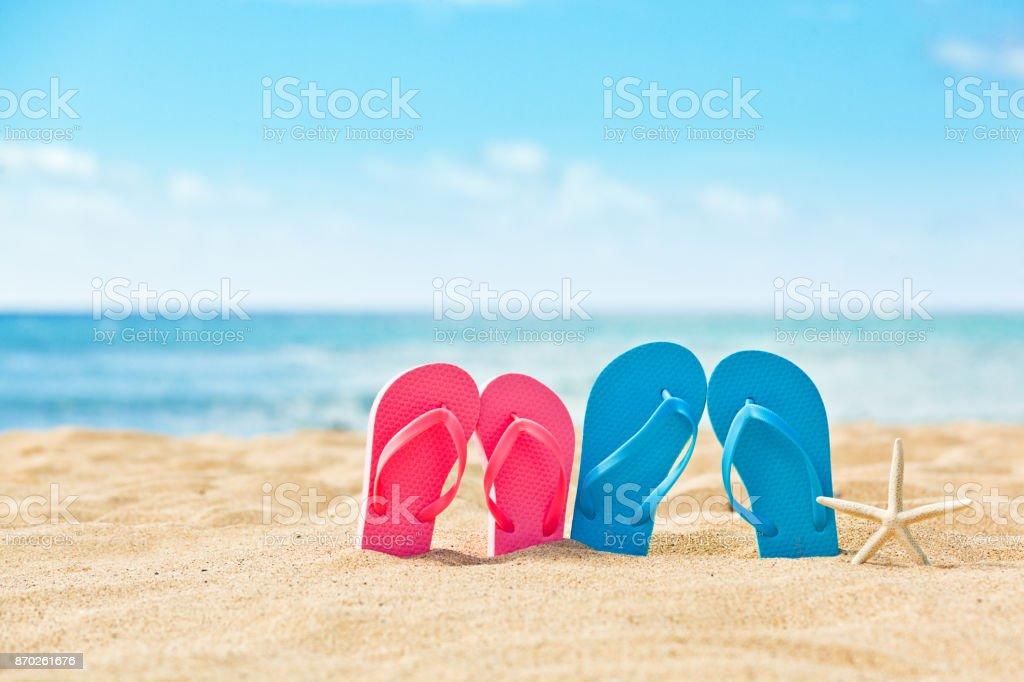 Zwei Paare von Flip Flop Sandalen, sein und ihn auf die tropischen Urlaub Strand – Foto
