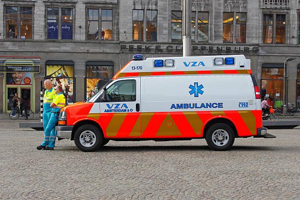 zwei gut ausgebildeter sanitäter hören ihre krankenwagen auto. - chevy van stock-fotos und bilder