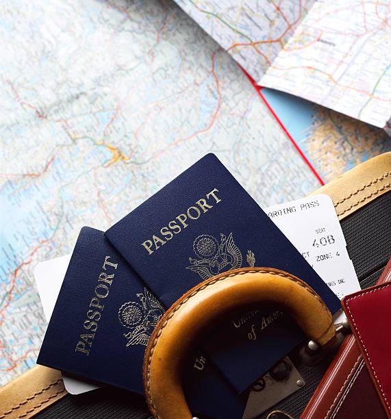 Dos pasaportes y tarjetas de embarque de las aerolíneas por pieza de equipaje. - foto de stock