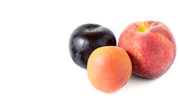 zwei pfirsiche und eine pflaume - essensrezepte stock-fotos und bilder