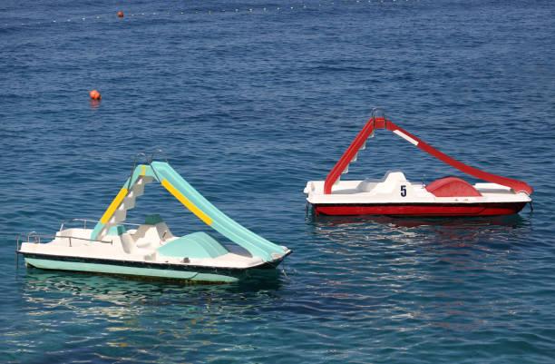 Flotador de dos botes de pedal en mar - foto de stock
