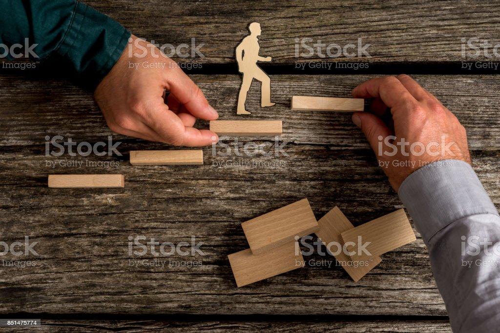 Zwei Menschen, die kleine Spielzeug Holz Treppe bauen – Foto