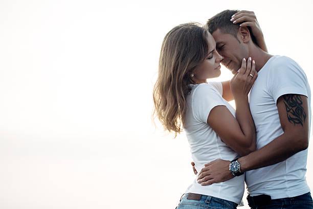 zwei personen, umarmen einander - ehepaar tattoos stock-fotos und bilder