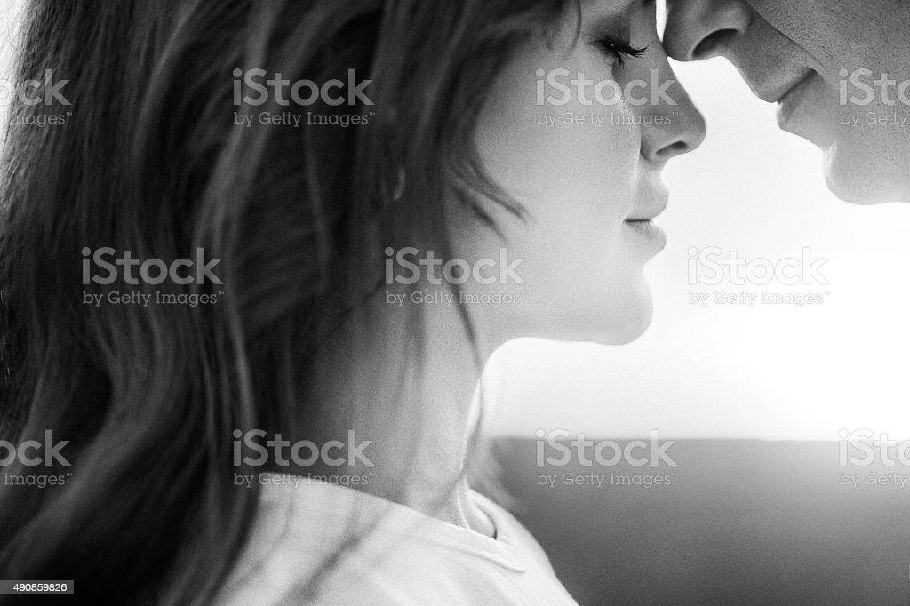 Deux personnes embrassant sur le fond de mer de la côte - Photo