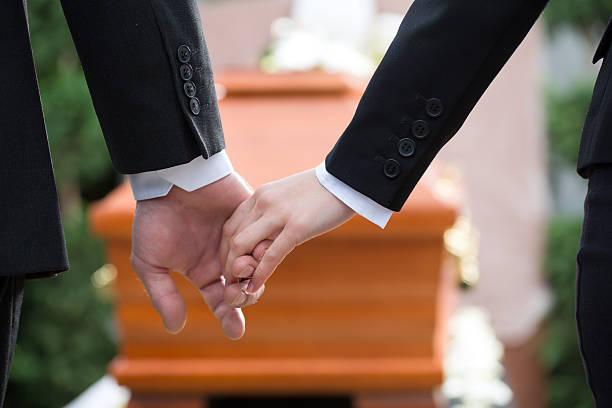 persone in corteo consolare ogni altro - funerale foto e immagini stock