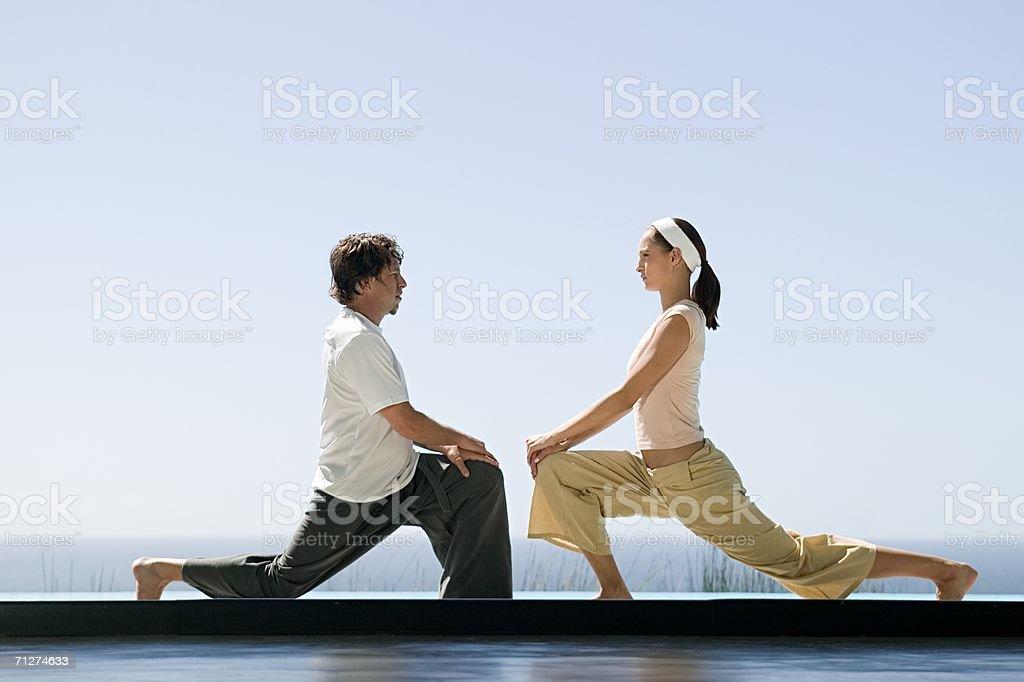 Deux Personnes Dans Les Positions De Yoga Photo Libre Droits
