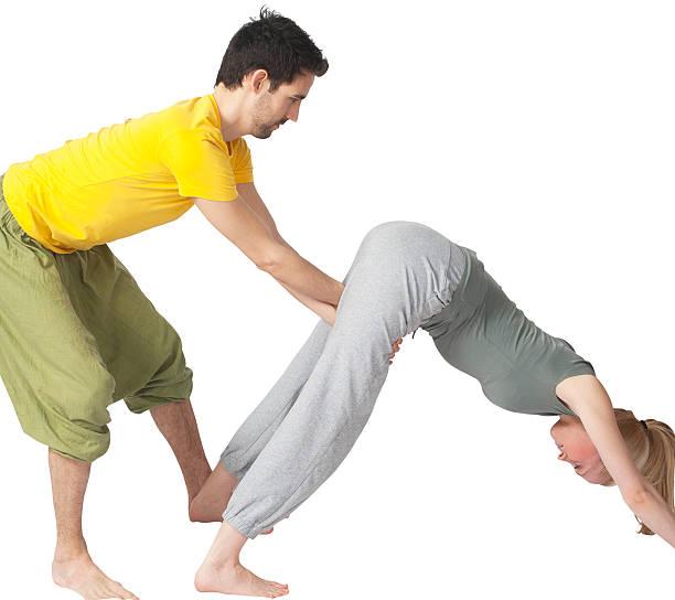 zwei menschen, die yoga zusammen - kundalini yoga stock-fotos und bilder