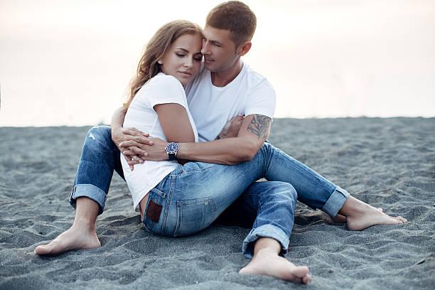 zwei personen auf dem hintergrund der meer - romantische strand fotos stock-fotos und bilder