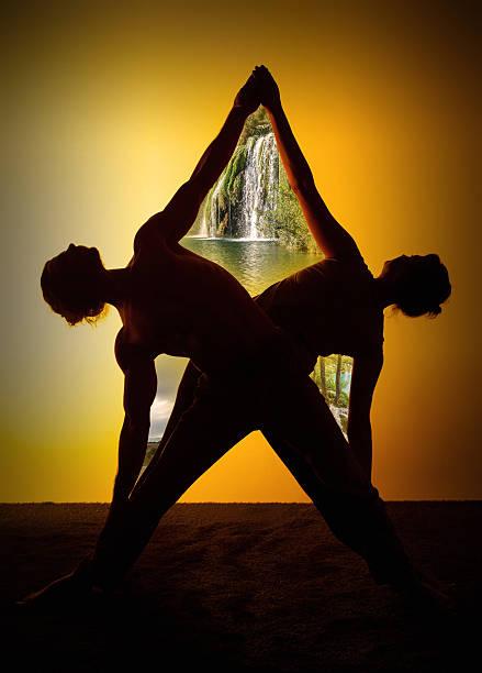 Deux personnes pratiquant le Yoga à la lumière du coucher du soleil - Photo